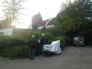 Turister (pax. Balslev og kaptn. Broe) ved Herslev Kirke.